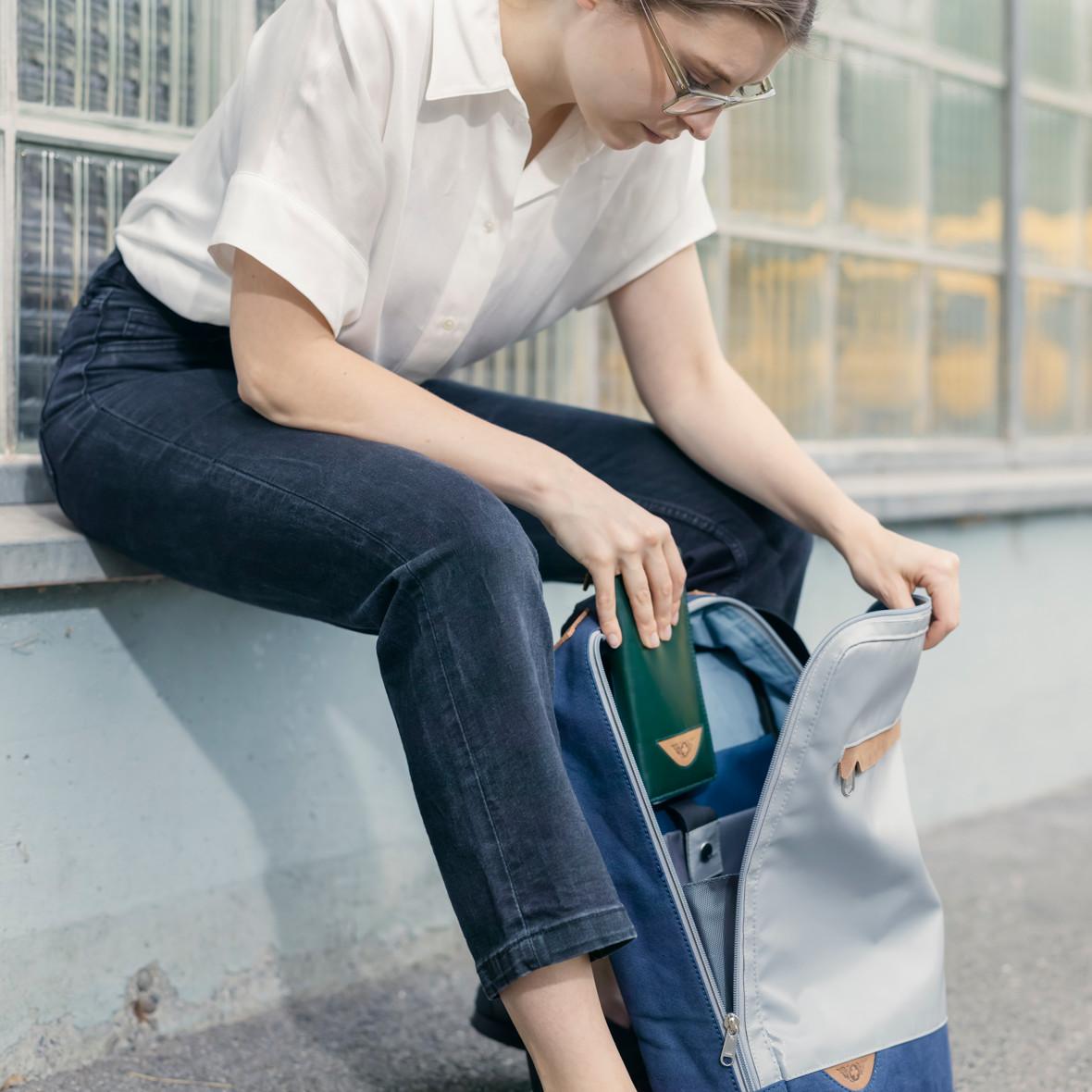 Frau mit Rucksack der Collection Bundesordner, Marke Biella