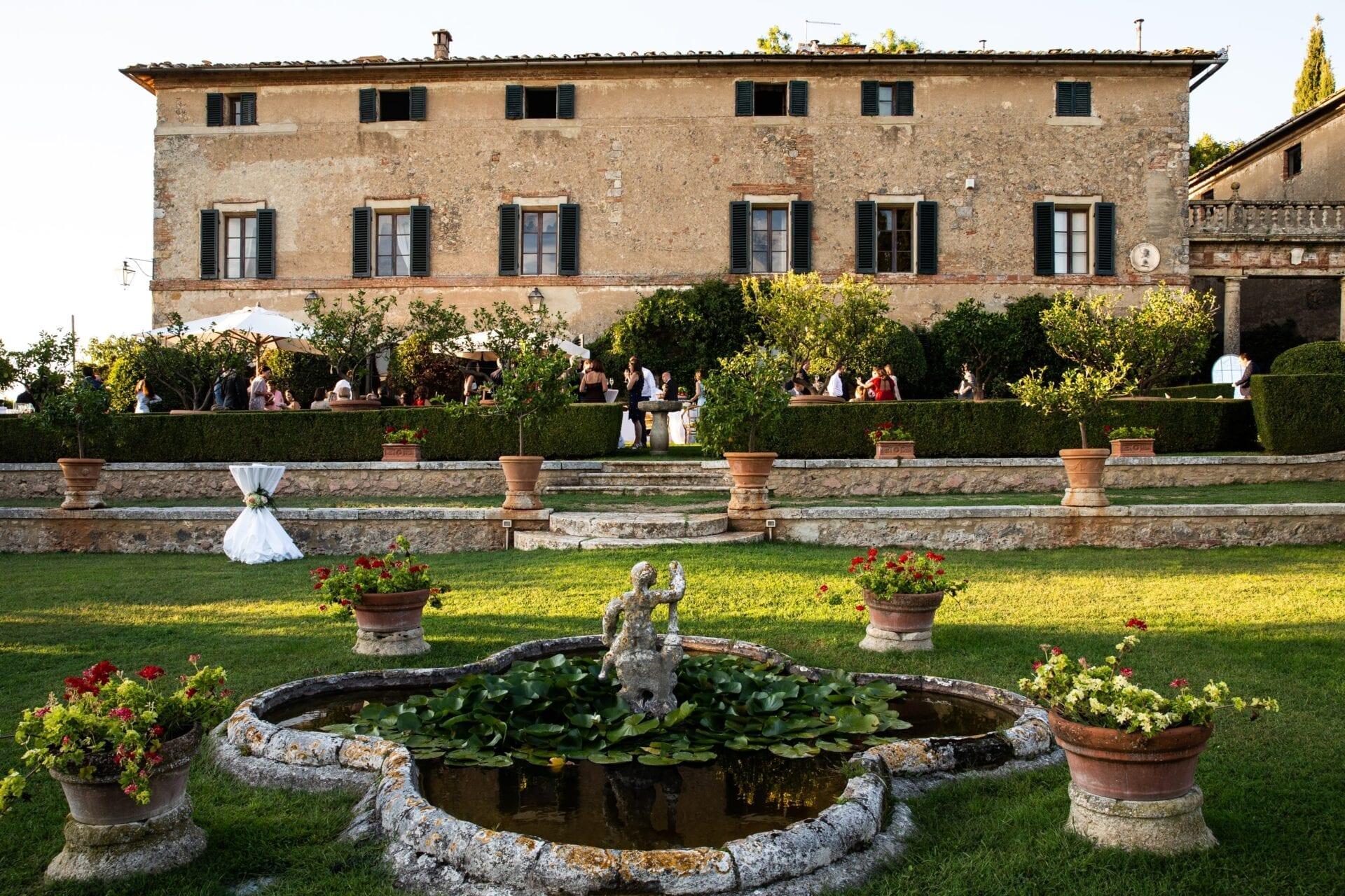 Matrimonio Casale Toscana : Matrimonio a borgo stomennano bianco bouquet wedding planner