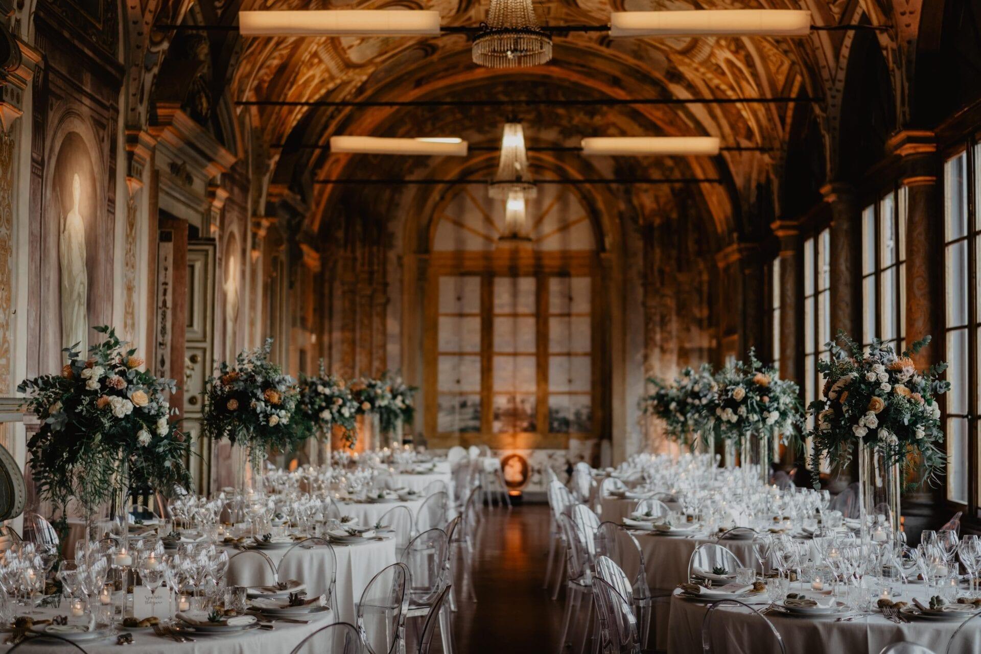tavoli decorati per banchetto di nozze
