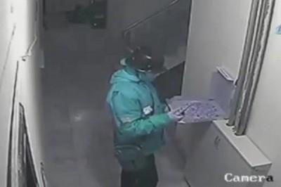 Kurye, Pizzaya Tükürürken Güvenlik Kamerasına Yakalandı