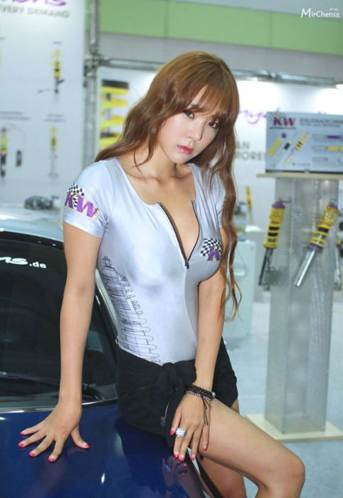 bd7039efd9ce6d8122d5a065a7510013 - דוגמניות תצוגה מתערוכת רכב Auto Salon בסיאול (43 תמונות)