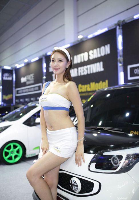 250271d103bc685969261ad6bc1deb9b - דוגמניות תצוגה מתערוכת רכב Auto Salon בסיאול (43 תמונות)