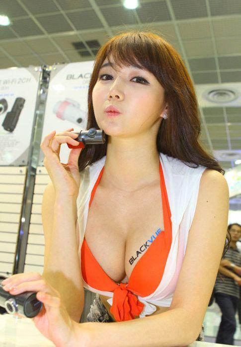 577365787475470f32d6922600a55f60 - דוגמניות תצוגה מתערוכת רכב Auto Salon בסיאול (43 תמונות)