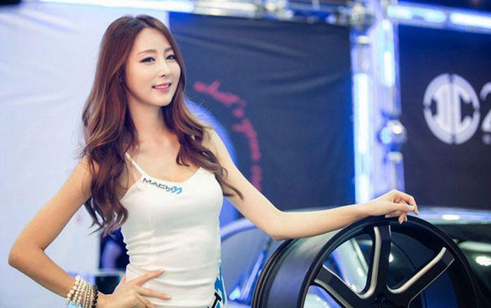 7a542291720dcc4a1a93ef04f7137c40 - דוגמניות תצוגה מתערוכת רכב Auto Salon בסיאול (43 תמונות)
