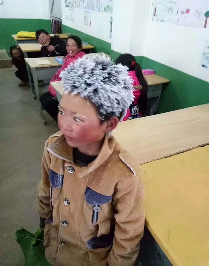 "ice boy walk freezing cold school wang fuman china 1 - הילד הולך 4.8 ק""מ מהכפר שלו לבית הספר כל יום אפילו בקור מקפיא והפך לויראלי בסין"