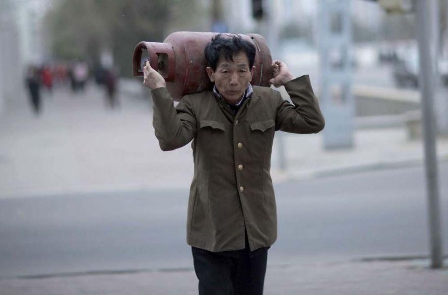 smuggled out photos north korea eric lafforgue 5a4f33d04bf3d  880 - 51 תמונות שקים ג'ונג-און (מנהיג צפון קוריאה) לא היה רוצה שתראו והצלם סיכן את חיו בשביל זה