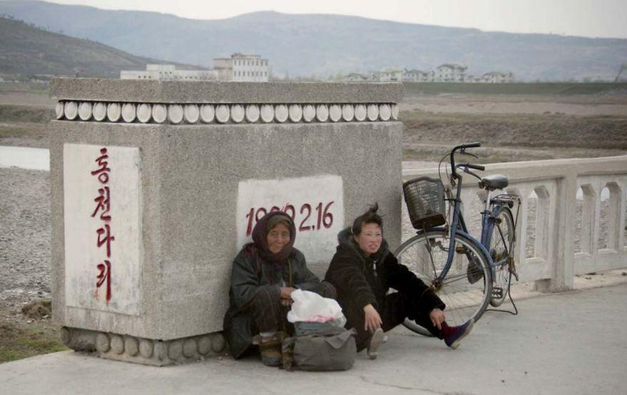 smuggled out photos north korea eric lafforgue 5a4f340bc4a27  880 - 51 תמונות שקים ג'ונג-און (מנהיג צפון קוריאה) לא היה רוצה שתראו והצלם סיכן את חיו בשביל זה