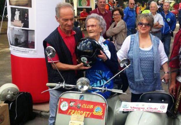 a-105-anni-andate-in-vespa-ma-con-casco