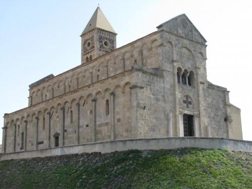 santa-giusta-porta-via-un-candeliere-votivo-dalla-basilica-arrestato
