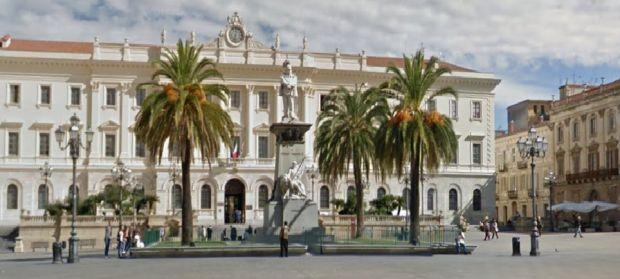 sassari-imbratta-statua-in-piazza-d-italia-denunciato