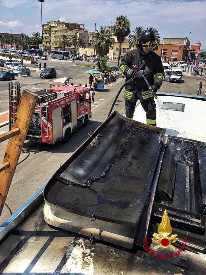 Bus in fiamme, attimi di paura a Cagliari: intervento dei ...