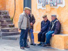 sardegna longevità anziani in piazza