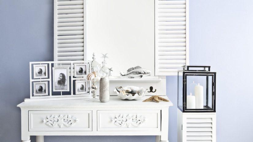 zrcadlo v dřevěném rámu v námořnickém stylu