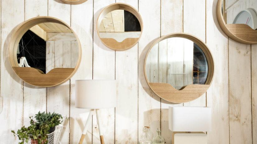 designové zrcadlo v dřevěném rámu