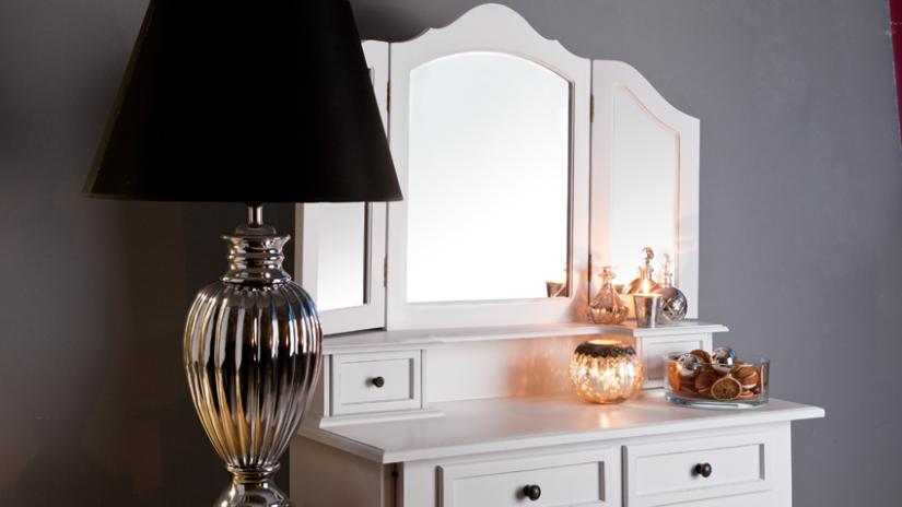 zrcadla na kosmetickém stolku