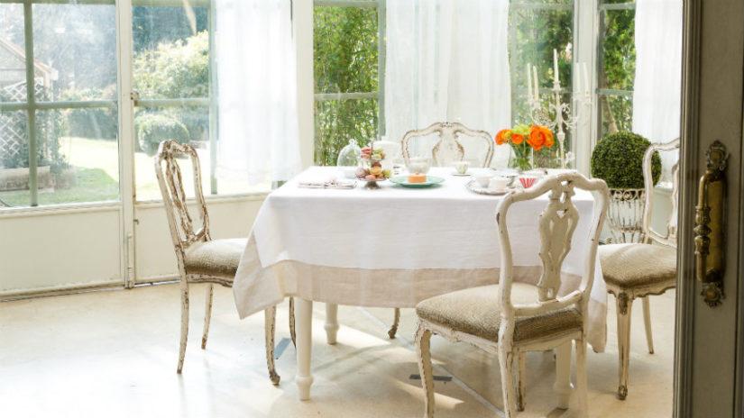 bílý jídelní stůl ve venkovském stylu