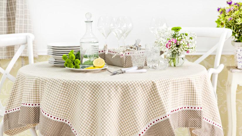vintage jídelní stůl ve venkovském stylu