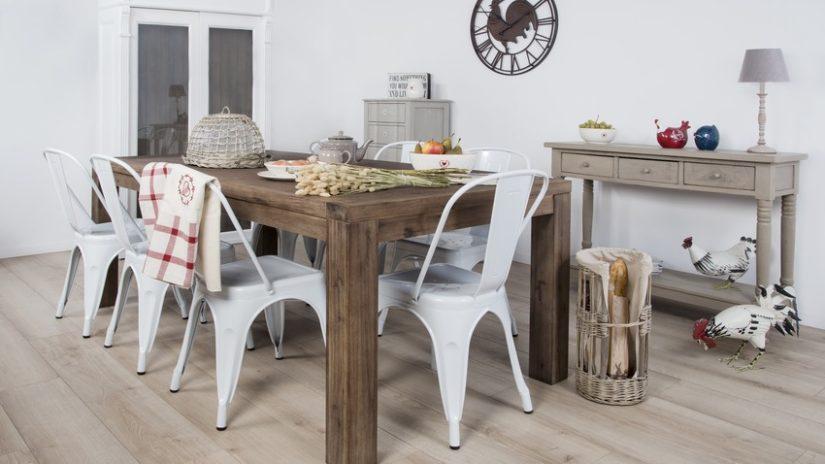 jídelní stůl z masivu s kovovými židlemi