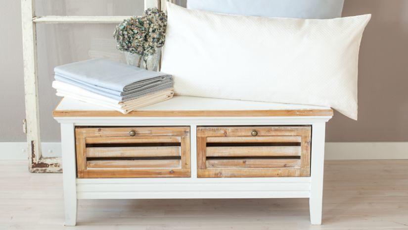 lavice s úložným prostorem v bílé barvě