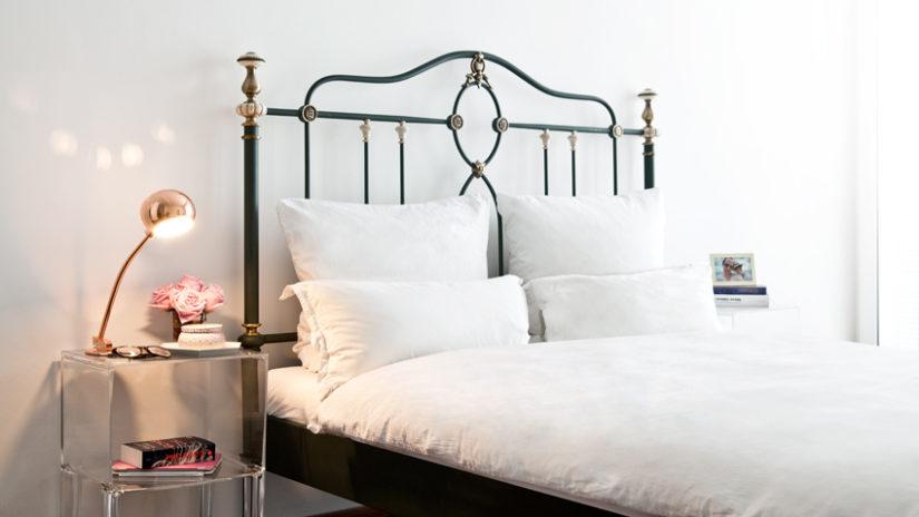 kulatá měděná lampa v ložnici