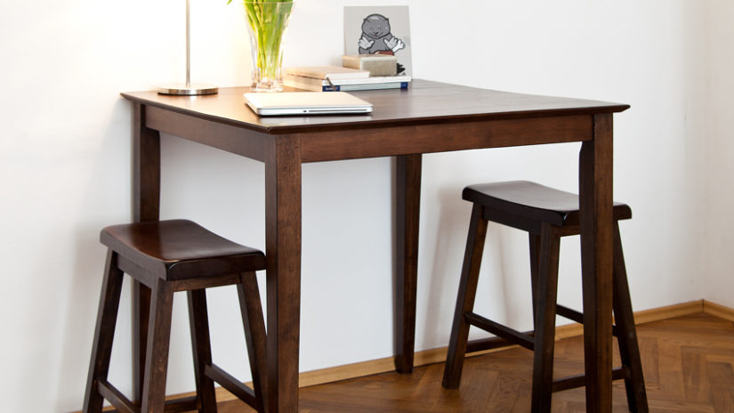 barový stolek v jídelně