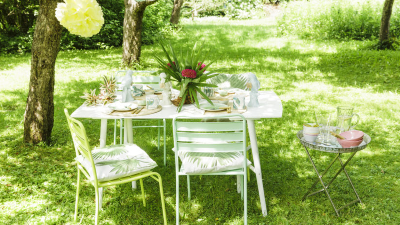 bílý zahradní nábytek