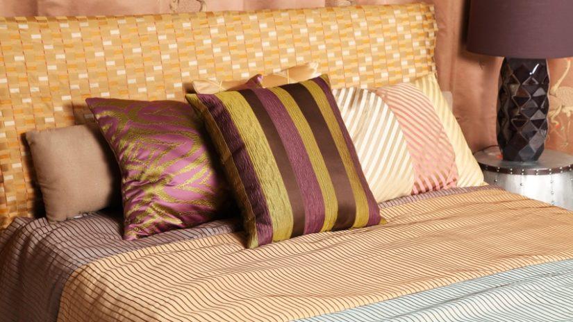 Zlatá čalouněná postel 120 × 200