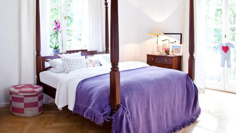 venkovská postel z tmavého dřeva
