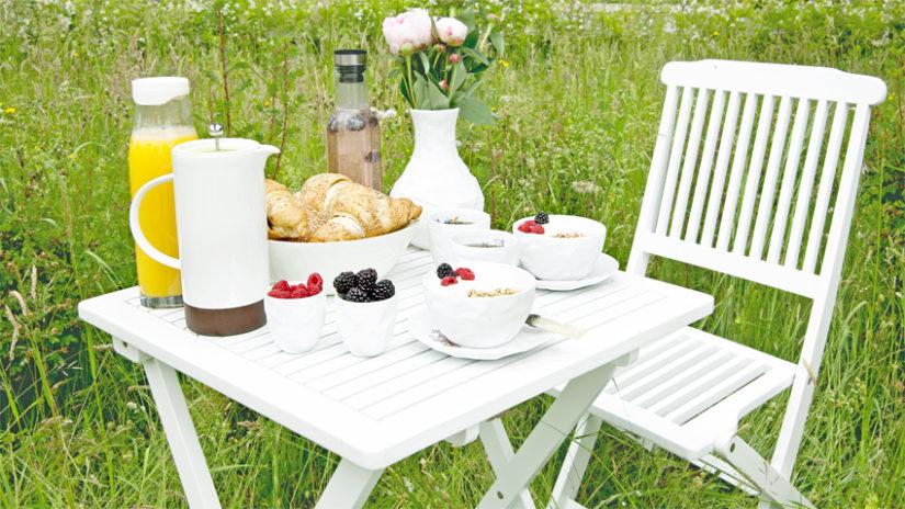 bílé venkovní stoly