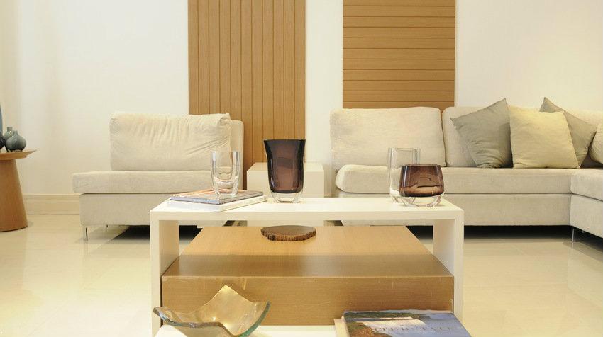 Bílý konferenční stolek
