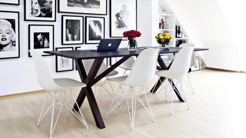 jídelní stůl a bílé židle