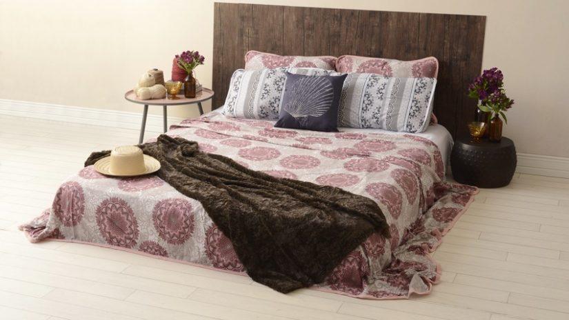 boho postel z ořechového dřeva