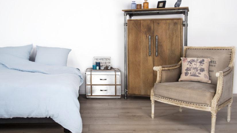 modrá postel z ořechového dřeva
