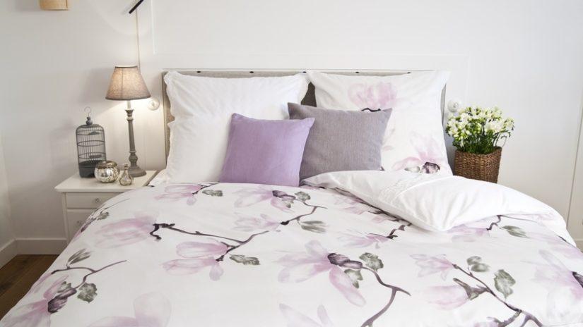 polštáře 60 x 60 na posteli