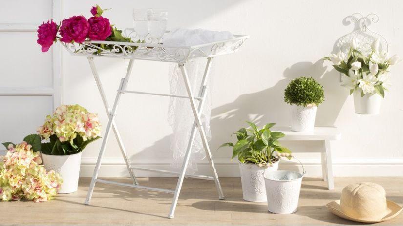 bílý kovový konferenční stolek