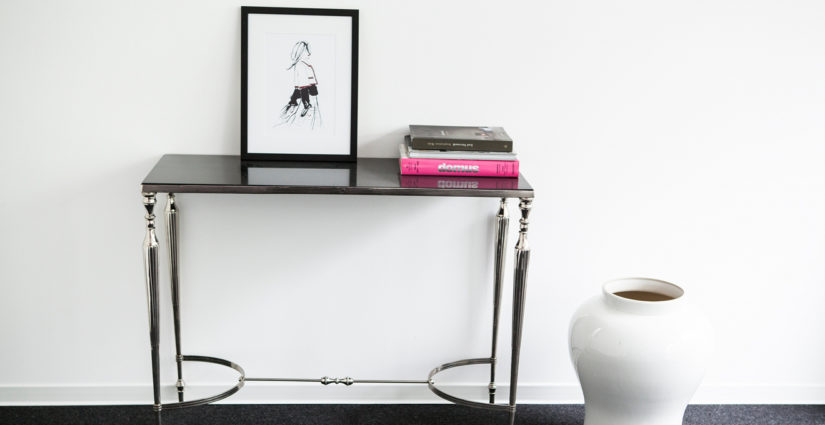 černý leský konzolový stolek