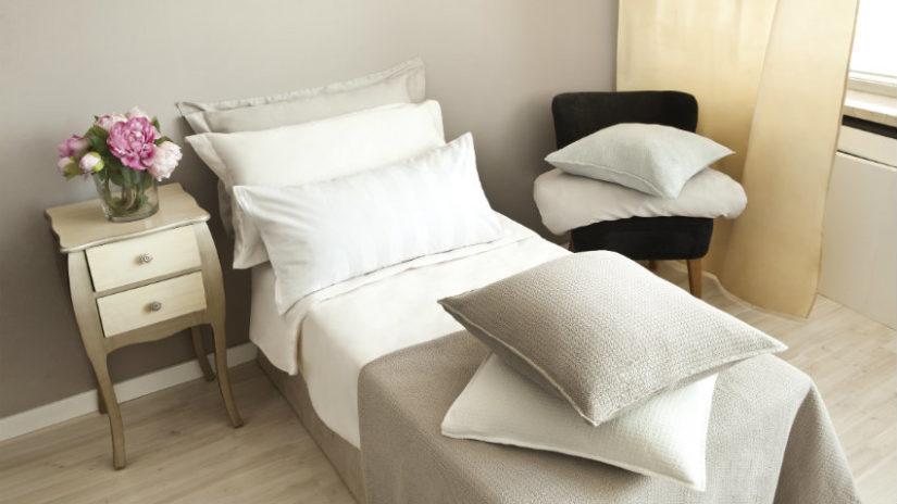 postel 80 x 200 v pokoji pro hosty