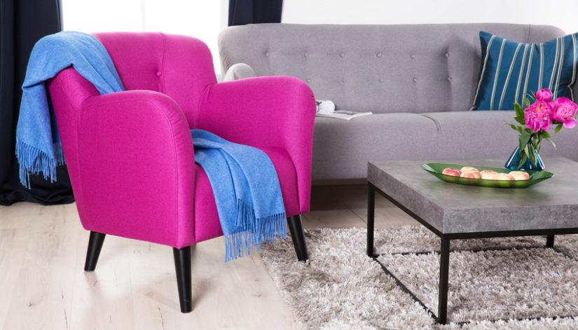 šedá pohovka a růžové křeslo