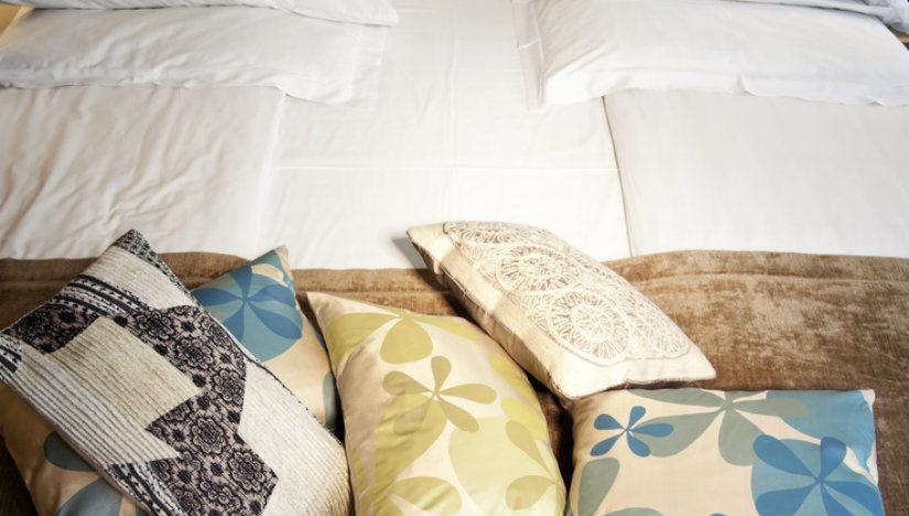 bílá futonová postel