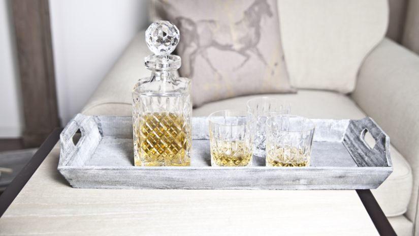 karafy na whisky a sklenice
