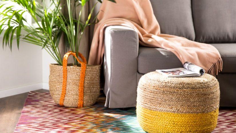 ratanový taburet v obývacím pokoji