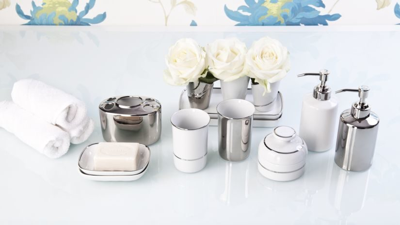 stříbrné koupelnové doplňky