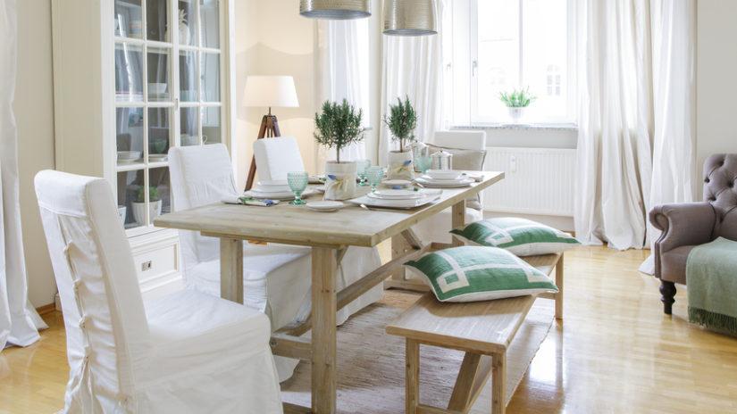 dřevěné lavičky ve venkovském stylu