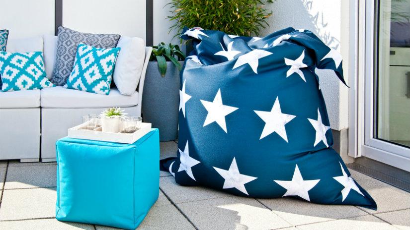 modré polštáře na sezení