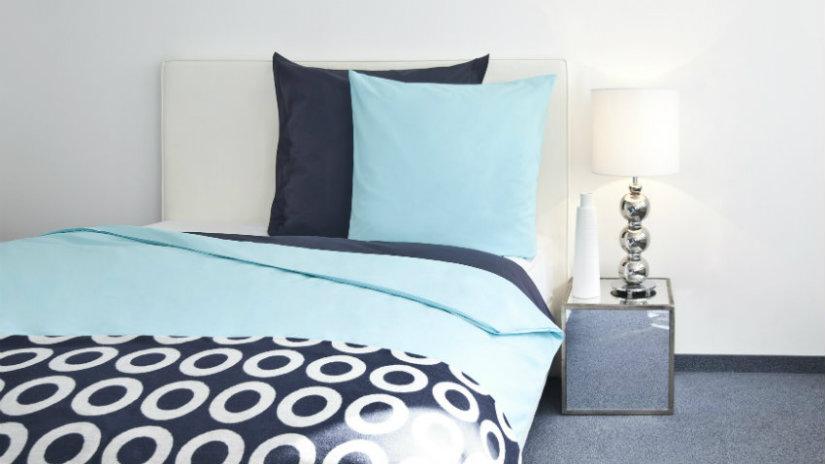 modré polštáře v ložnici