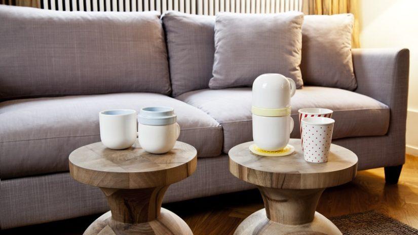 teakový konferenční stolek ve venkovském stylu