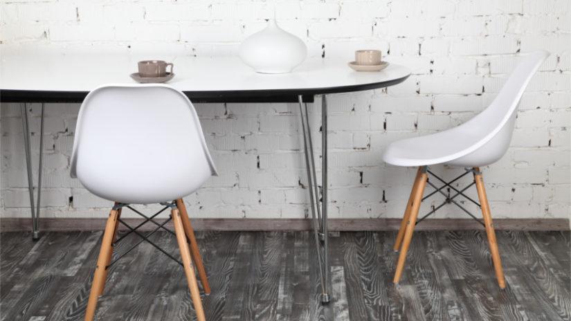 bílý oválný jídelní stůl