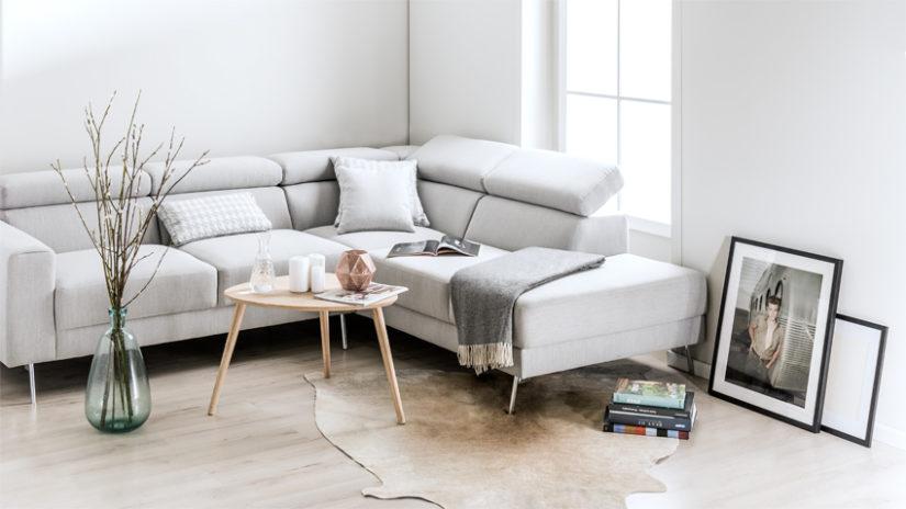bílá pohovka ve skandinávském stylu