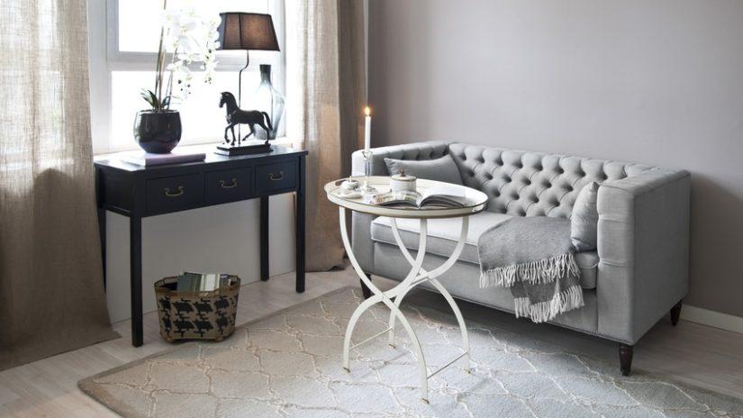 šedý konferenční stolek s bílými nohami