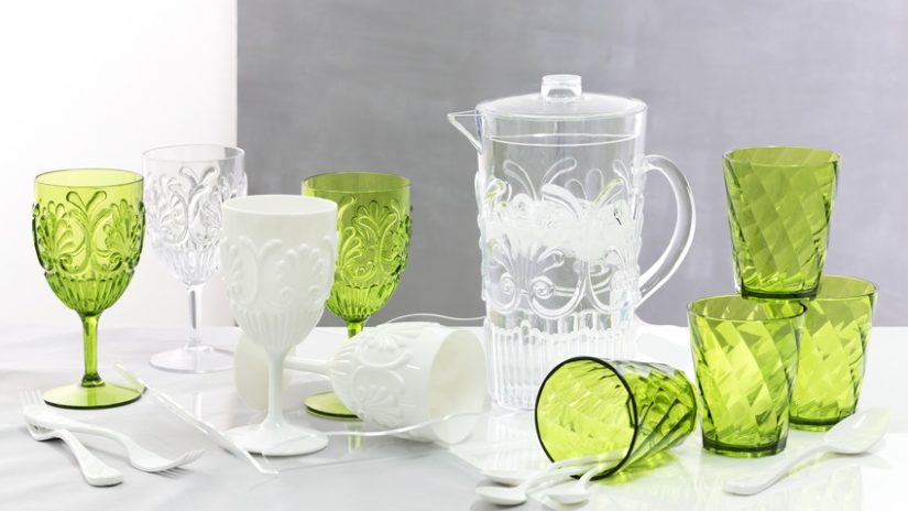 bílé plastové sklenice